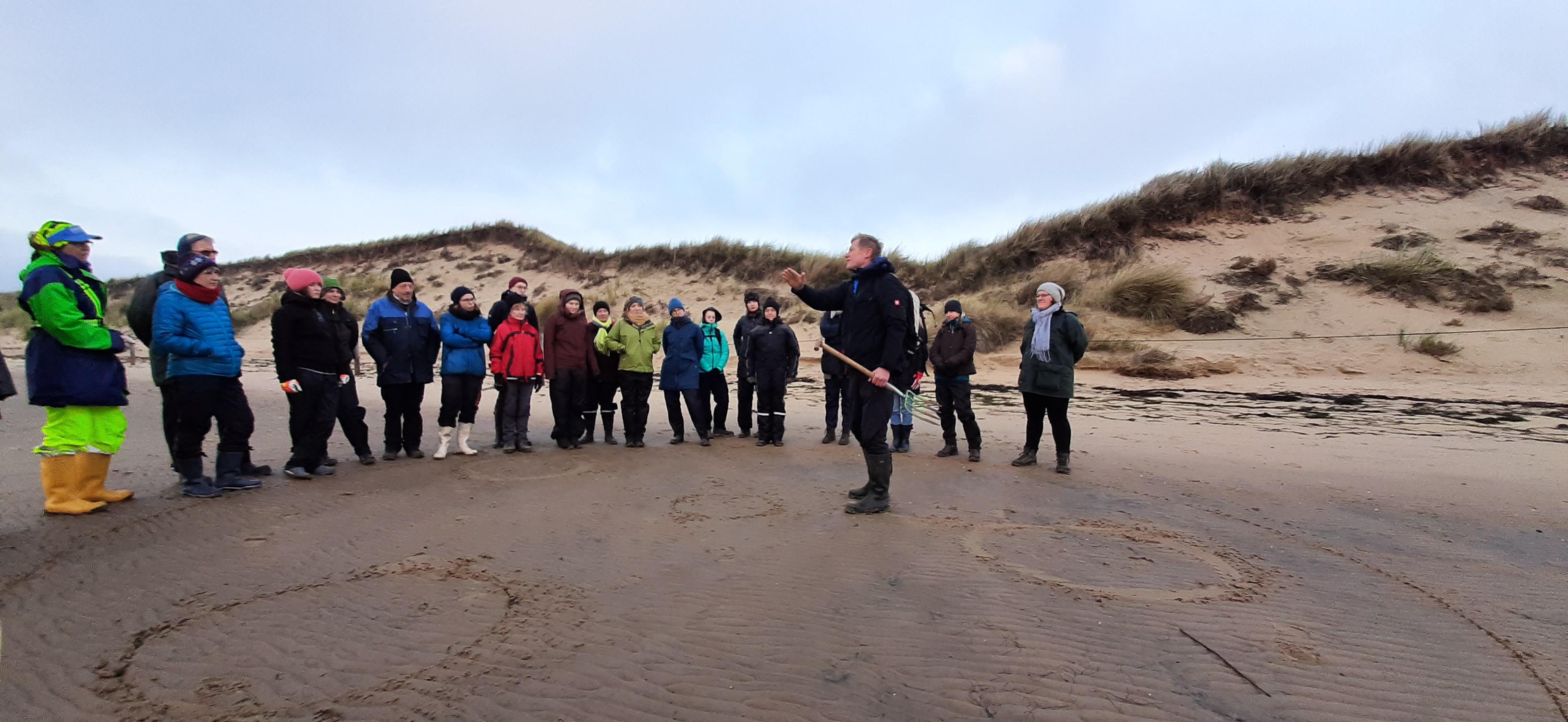 Merkwürdige Sandkreise am Strand