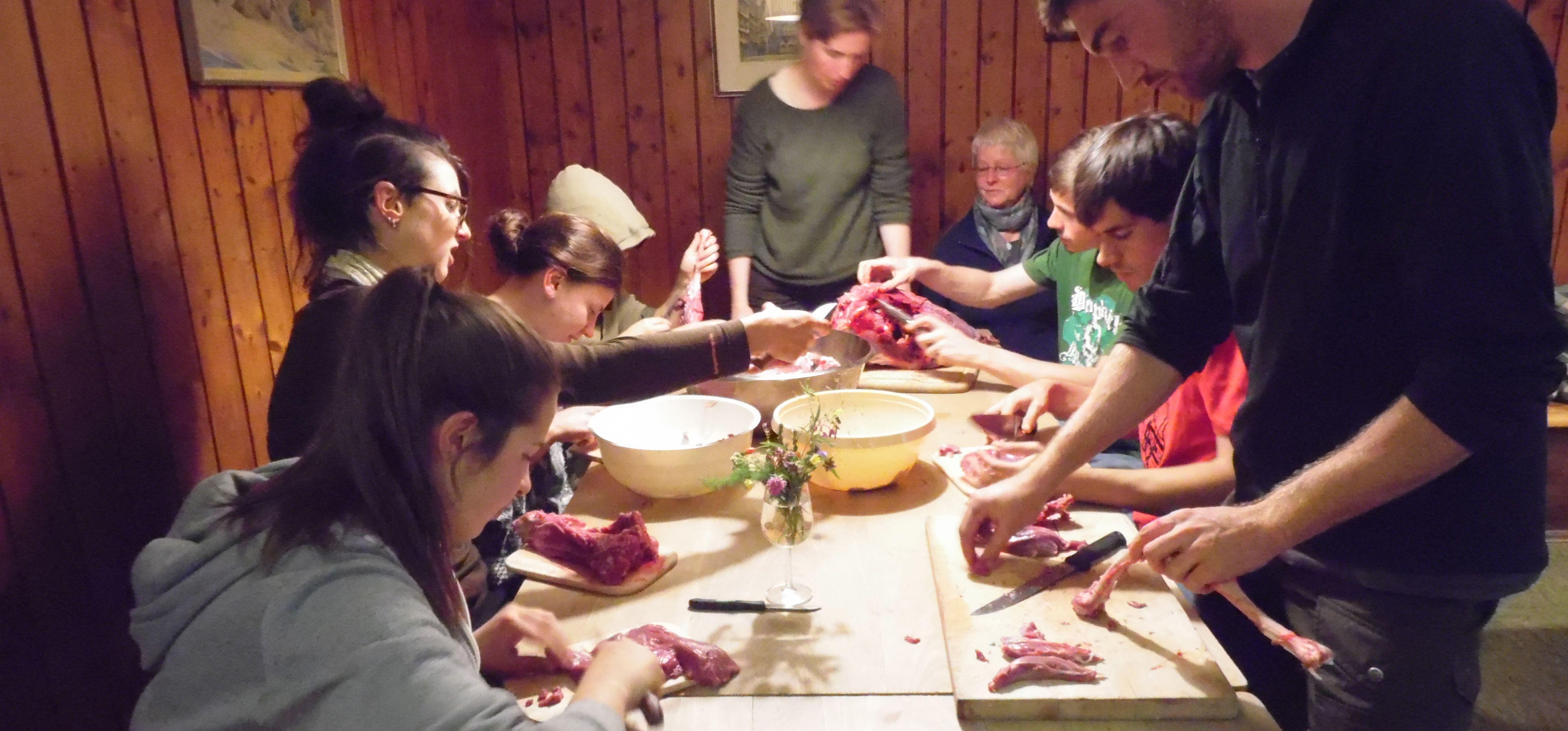 Vor dem Essen wird das Reh von allen Rehessern zerteilt.