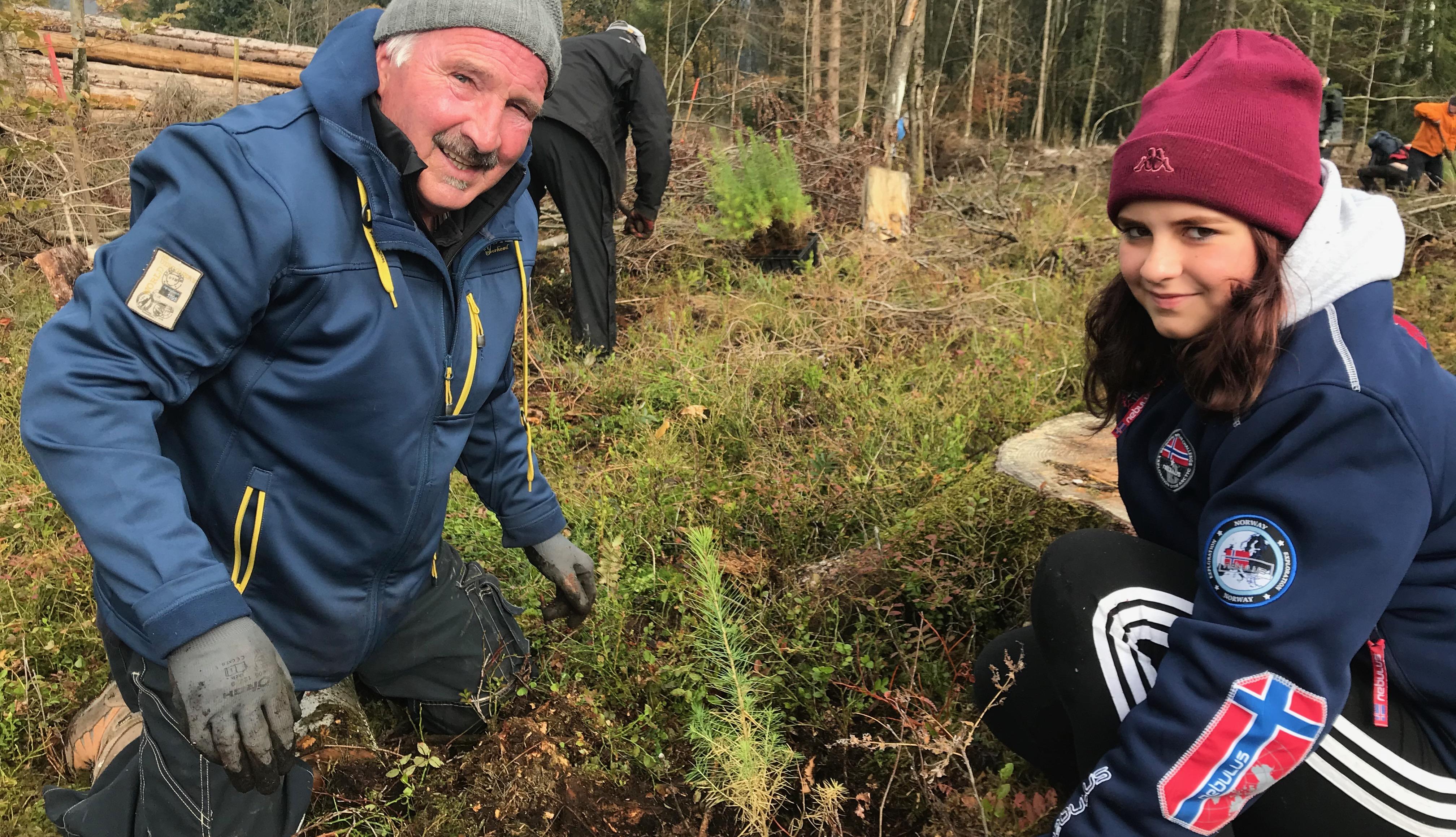 Horst und Emma aus Braunlage beim Lärchen pflanzen