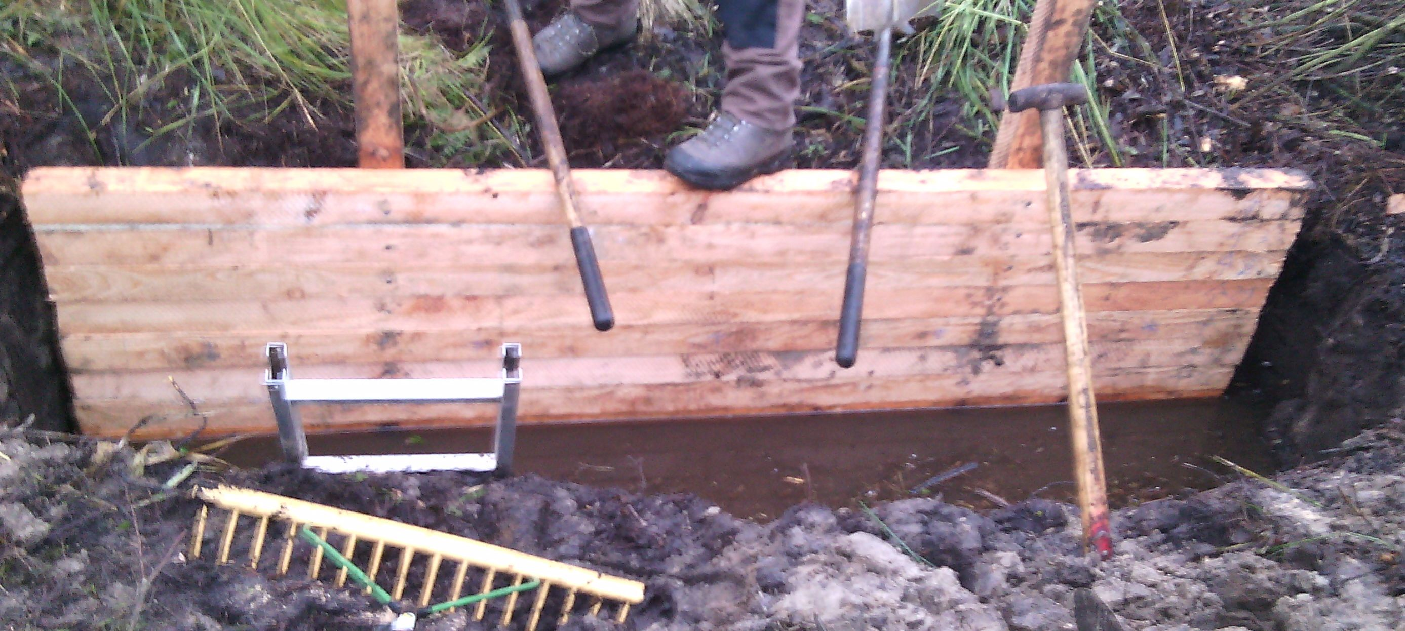 8cm-starke Bohlen verschließen den Entwässerungsgraben
