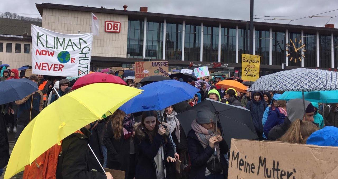 15. März Klimastreik vor Würzburgs Bahnhof