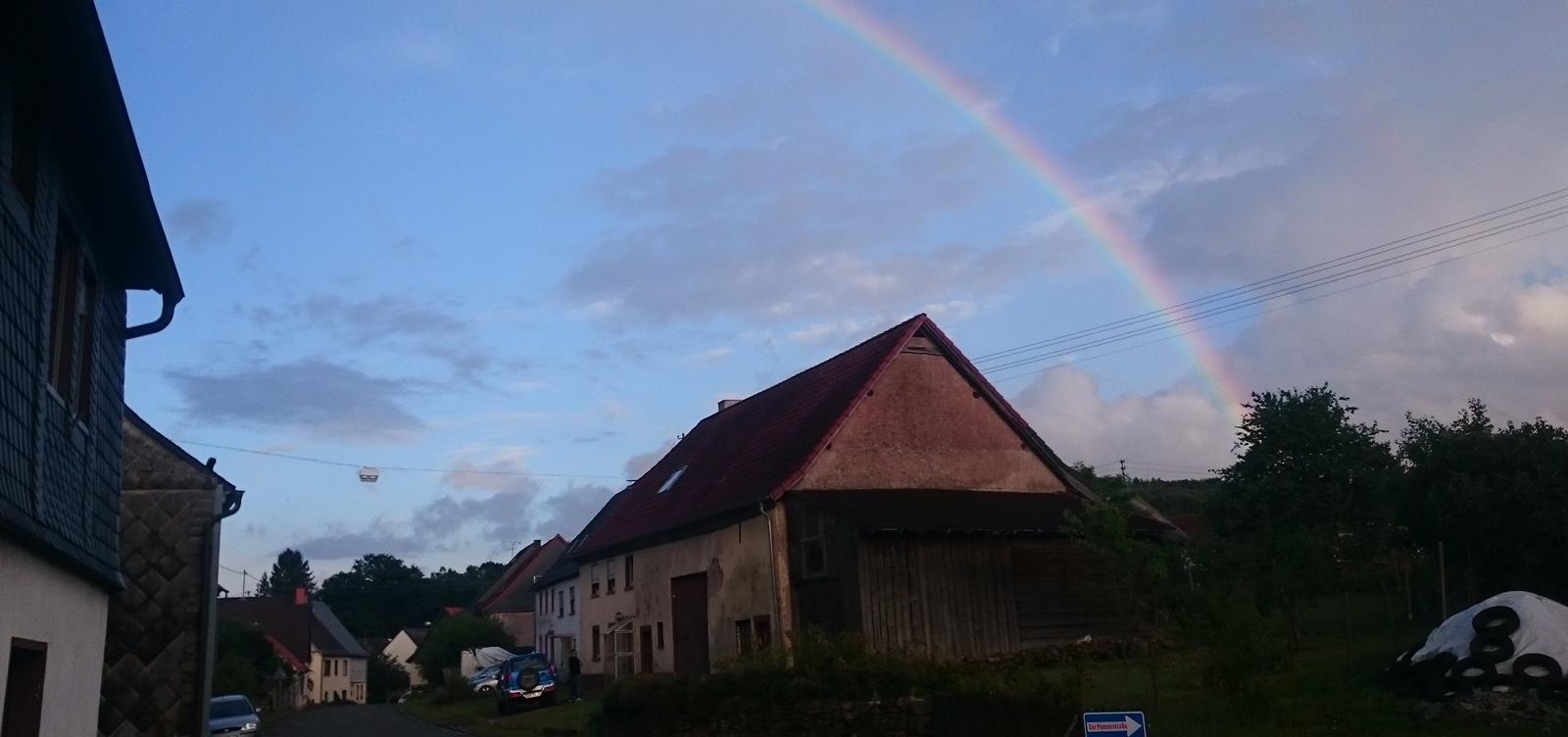 Regenbogenfarben über Achtelsbach