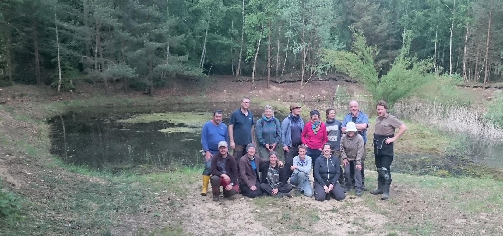 Gruppe vor ausgeholztem Feuchtbiotop