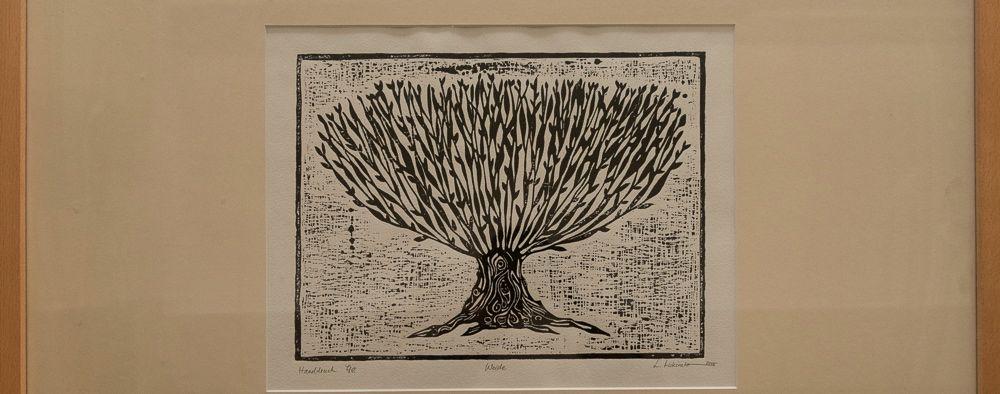Ein Holzschnitt eines Weidenbaumes auf Büttenpapier.