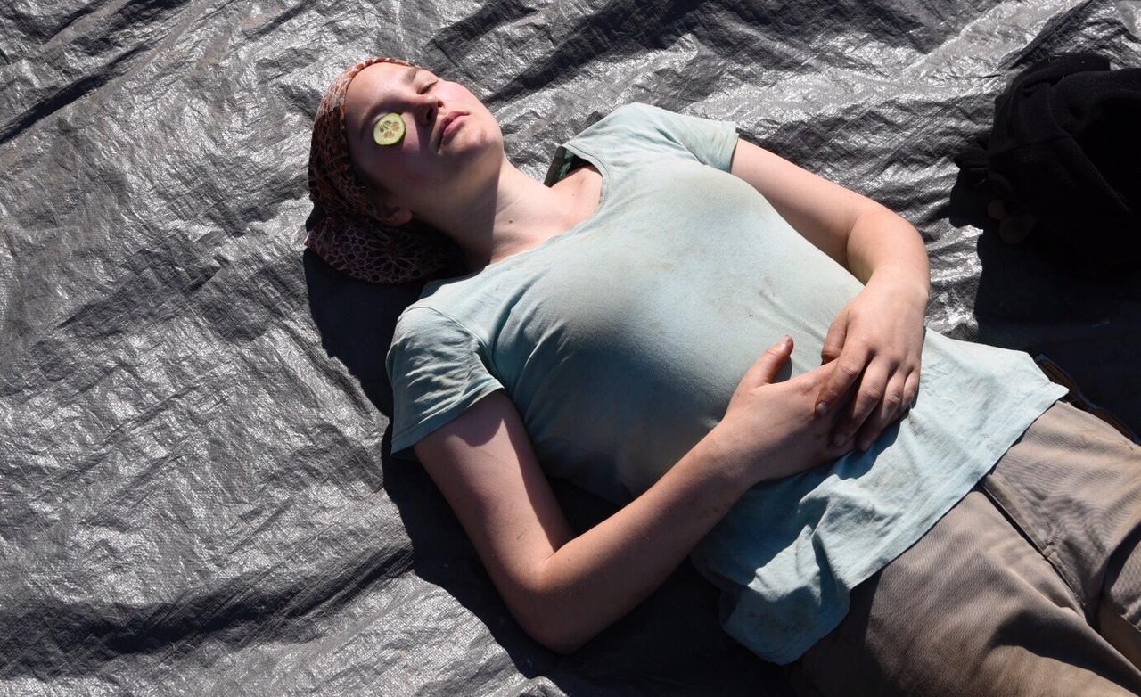 Sonne lacht. Mittag macht die Gurkenfrau.